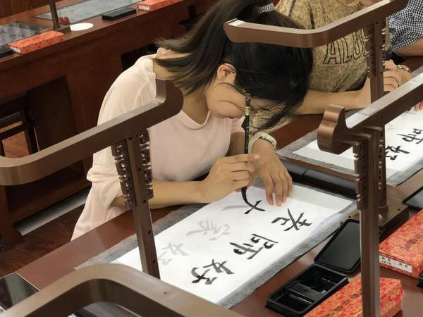 西安市教育局党委书记、局长姜建春体验西安市凤景小学第六代智慧书法教室