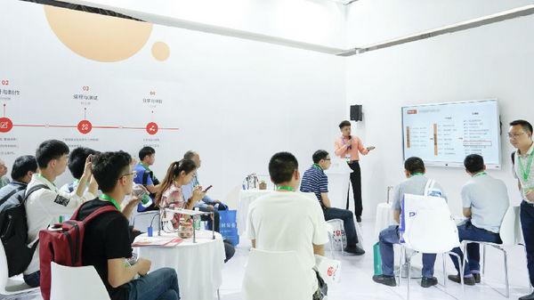 八爪鱼教育在重庆教育装备展示会实力圈粉