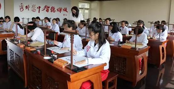 华文众合凭借第五代智慧书法教室荣获第76届中国真钱棋牌展示会金奖