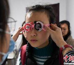 """近视高发、低龄化 中国""""小眼镜""""人数超1亿"""