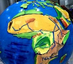 """大学生用废矿泉水瓶废纸板制出立体""""地球"""""""