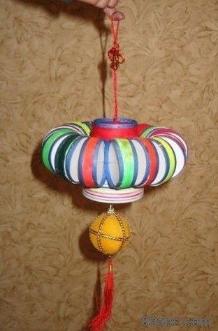 幼儿园废旧物品制作:瓶盖做的灯笼串串