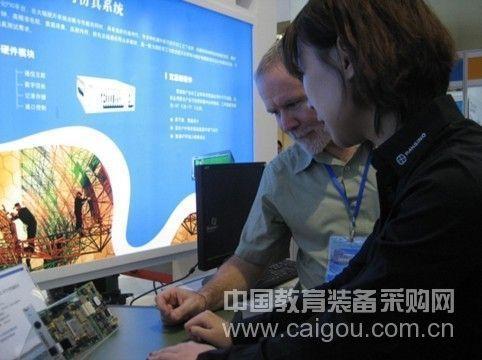 泛华工程师向客户介绍产品